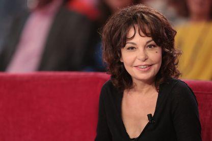 """Isabelle Mergault sur le plateau de """"Vivement Dimanche"""", France 2 - 17 septembre 2015"""