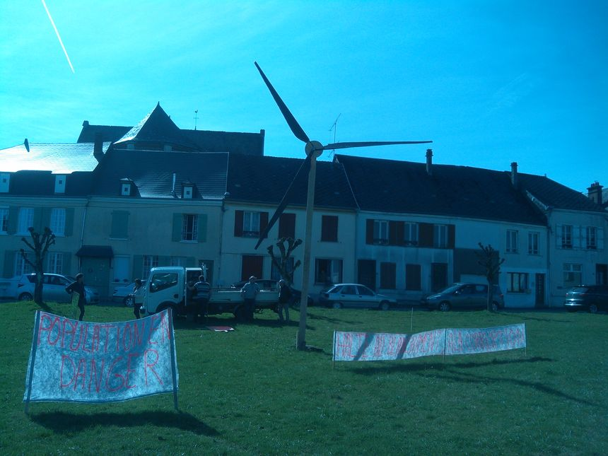 Les manifestants ont installé une petite éolienne en bois face à la mairie.