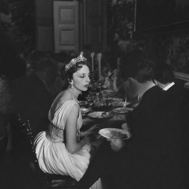 La comtesse de Bourbon Busset (robe de Lanvin Castillo) au Chateau de Groussay, chez Monsieur de Besteigui