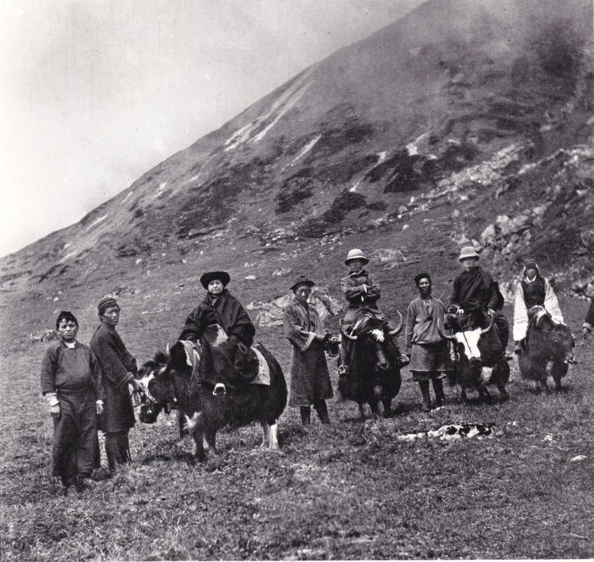 Alexandra David-Néel, Yongden (à l'extrémité gauche), et le mahâraja du Sikkim Sidkeong Tulku (bras croisés), en septembre 1914, au pied du col de Tangchung (5150 m), Maison A. David-Neel, Digne-les-Bains
