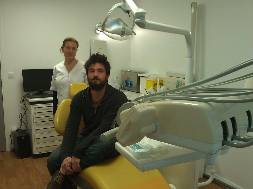 Sandrine et Boris, l'assistante et le médiateur dentaires de Solident-Grenoble. - Radio France