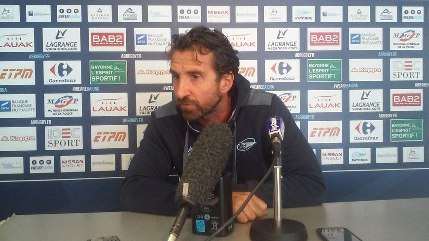 Vincent Etcheto, le manager de l'Aviron Bayonnais, face à la presse à Jean-Dauger