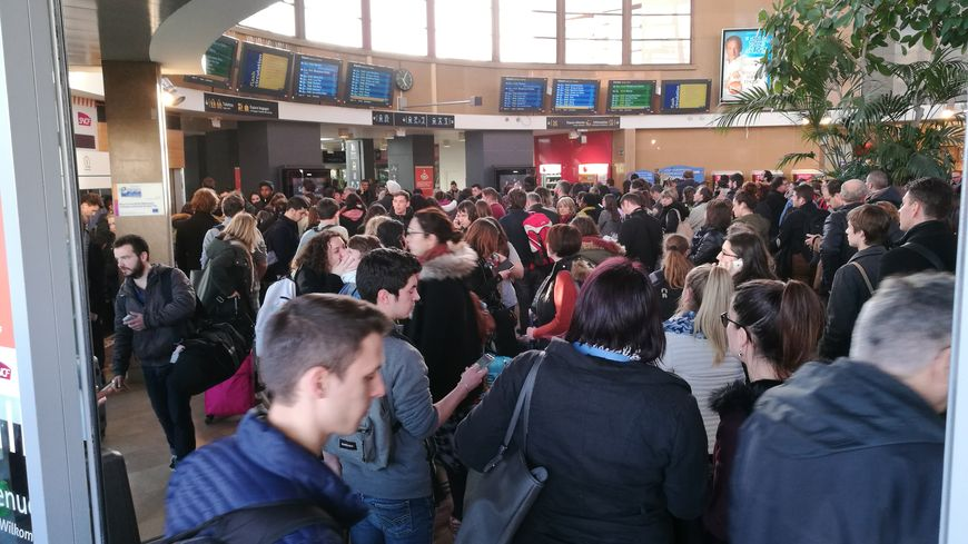 La gare de Dijon bondée après un droit de retrait des contrôleurs des TER Bourgogne Franche-Comté.