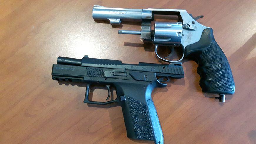 L' ancien révolver à barillet et le nouveau pistolet semi-automatique
