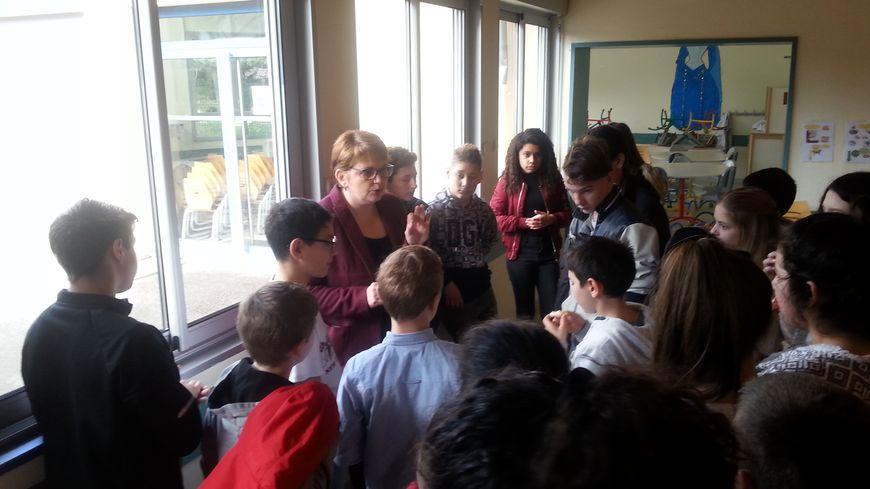 Nathalie ROBERT, la principale du collège Lacaille entourée des élèves volontaires pour le dispositif cadets de la sécurité civile