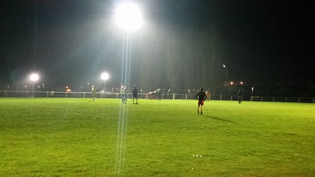 Sur le stade, à Eauze, l'entrainement du vendredi soir a lieu, même sous la pluie