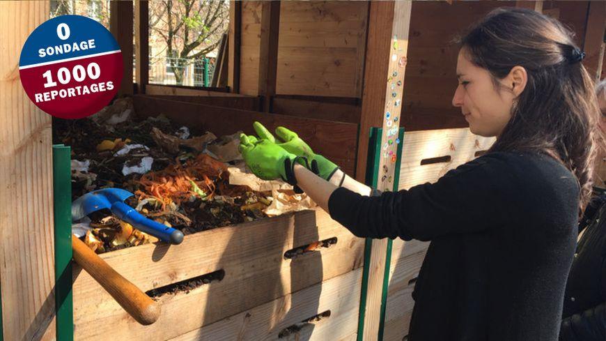 Une habitante du 13ème arrondissement de Paris, membre bénévole du réseau compost citoyen, mélange les déchets déposés dans les composteurs.