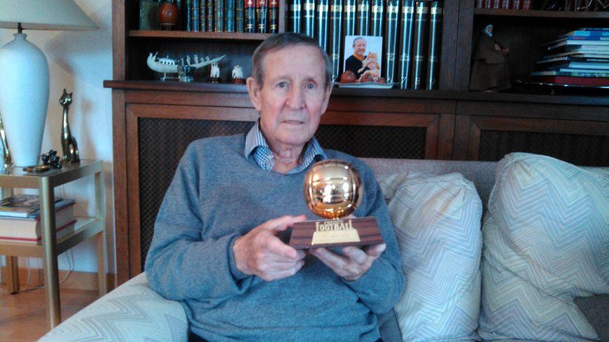 Raymond Kopa tient dans ses mains son Ballon d'or. Photo prise le 9 février 2017 dans sa maison à Angers