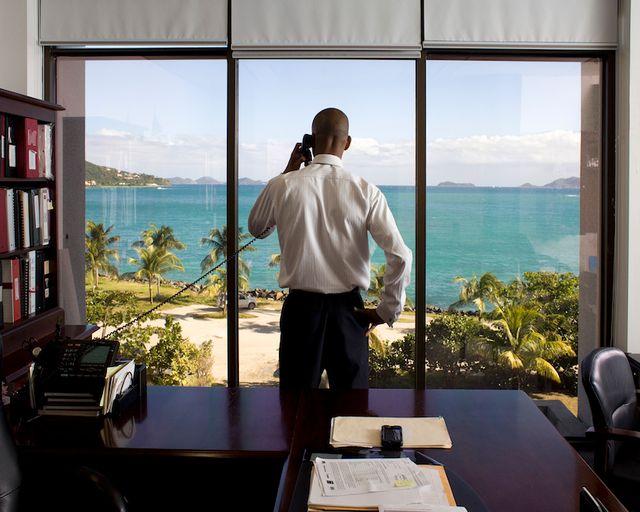 Neil M. Smith, secrétaire des finances des îles Vierges britanniques, ici photographié dans son bureau de Road Town sur l'île de Tortola. Avec l'aimable autorisation des artistes
