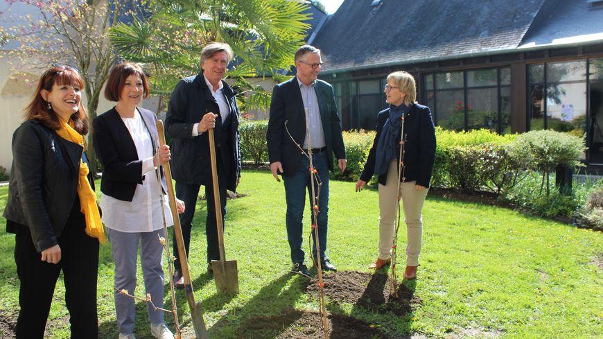 Pascal Blanc (à gauche) et Jacques Legros (à droite) ont planté les premiers pieds de vigne