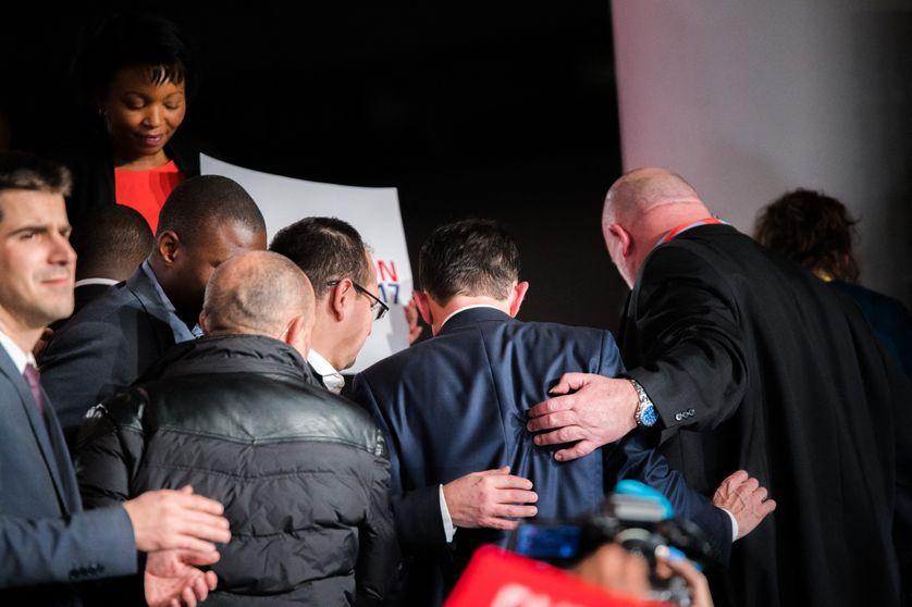 Benoît Hamon, de dos, entouré de son service de sécurité, le 26 janvier 2017. Les candidats sont par ailleurs protégés par des policiers mis à disposition par le ministère de l'Intérieur.