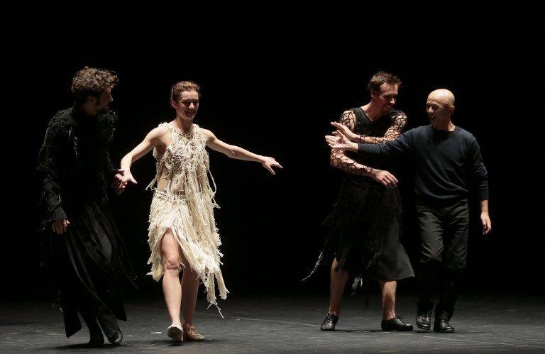 """Jérémie Bélingard, Aurélie Dupont, Nicolas le Riche et Saburo Teshigawara lors d''une représentation de """"Darkness is riding black horses"""", 29 oct. 2013"""