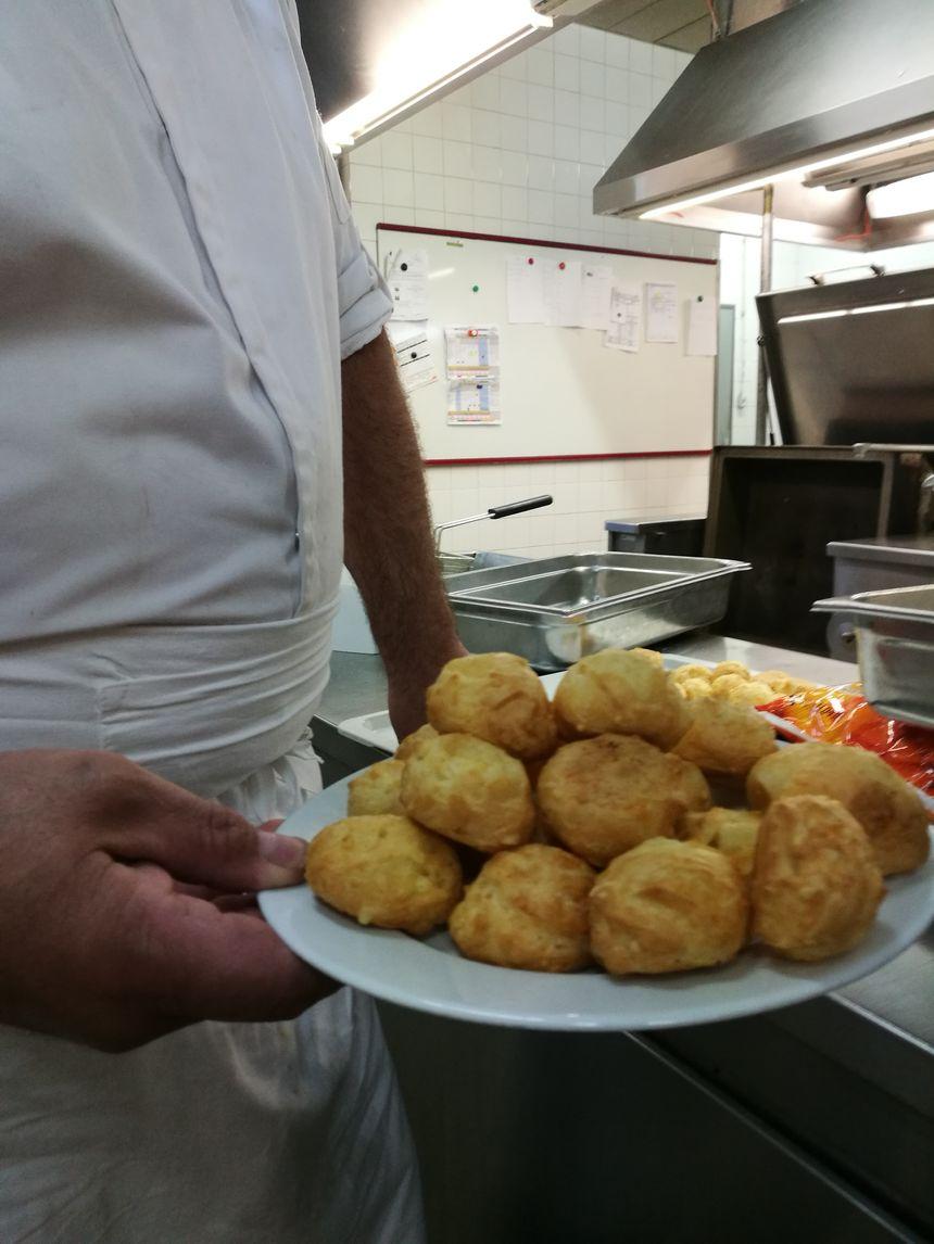 Au menu ce lundi, pas de gougères, mais du dos de merlu et de la saucisse de Toulouse!