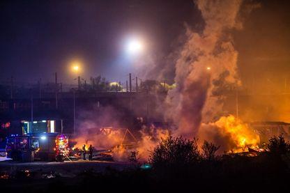 Pompiers essayant de stopper le feu dans le camp de Grande-Synthe, Dunkerque, le 10 avril 2017.