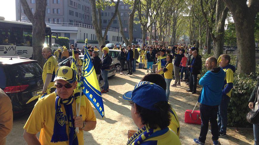 Les supporters attendent d'embarquer dans les bus