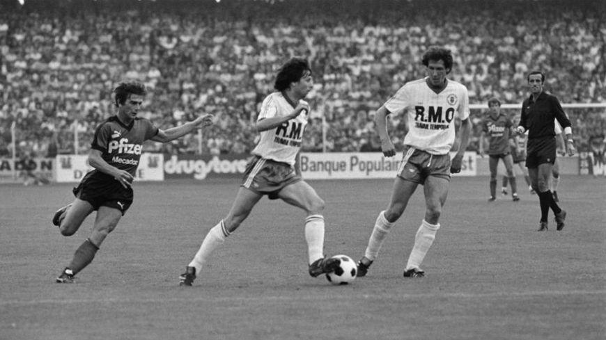 Lucien Favre (au centre) lors d'un match avec Toulouse à Rennes en 1983.