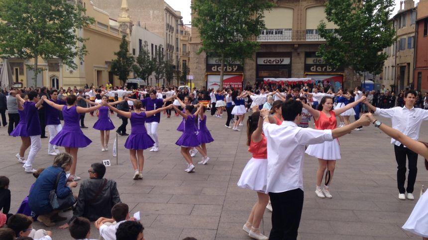 Un concours de sardanes au pied du Castillet à Perpignan.
