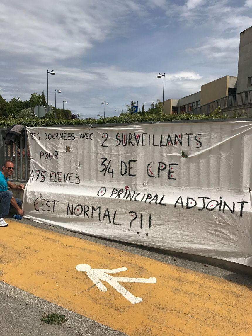 La colère des enseignants du collège Marc Ferrandi résumée en une banderole