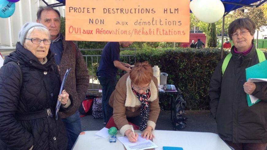 Les habitants font signer des pétitions comme ici au marché St Paul