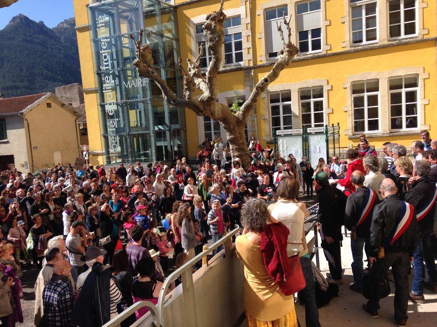 Les élus ont pris la parole devant les habitants, sur la place de la mairie, à l'issue de la manifestation.
