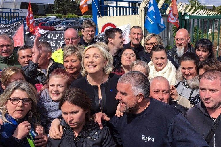 Marine Le Pen entourée par des salariés de Whirlpool devant l'usine d'Amiens
