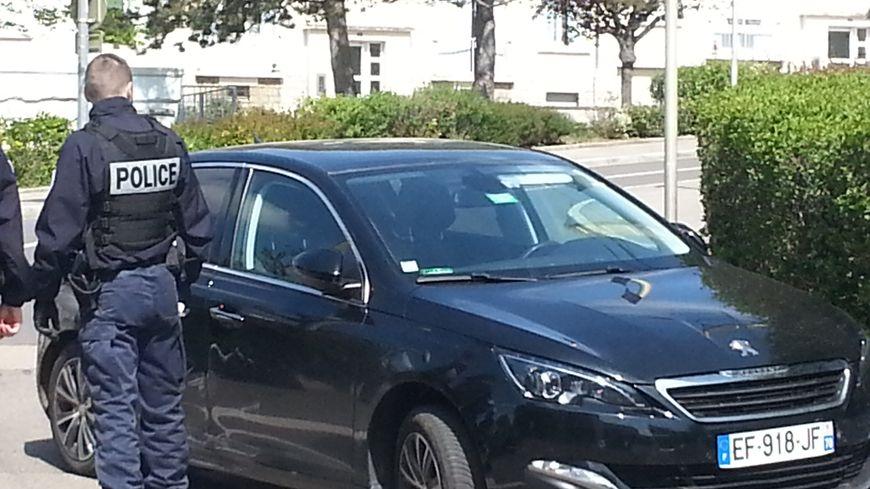 Le véhicule, signalé volé, a été stoppé par une haie, rue des Roses, dans le quartier Palente de Besançon.