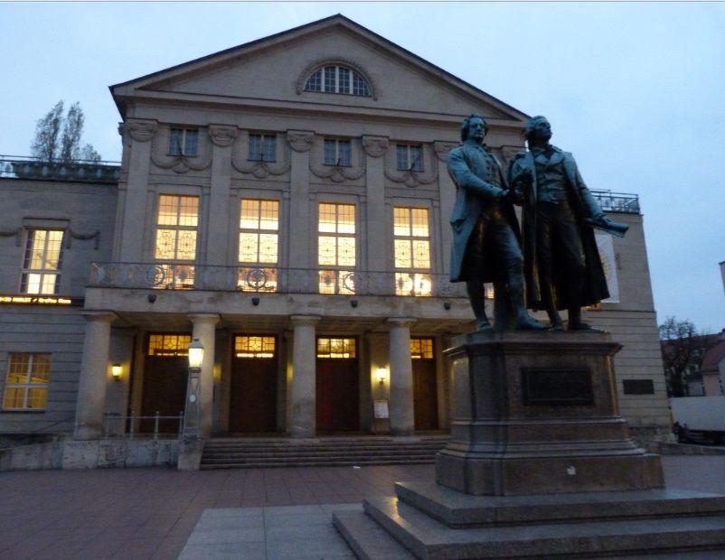 Goethe et Schiller devant le Théâtre national de Weimar