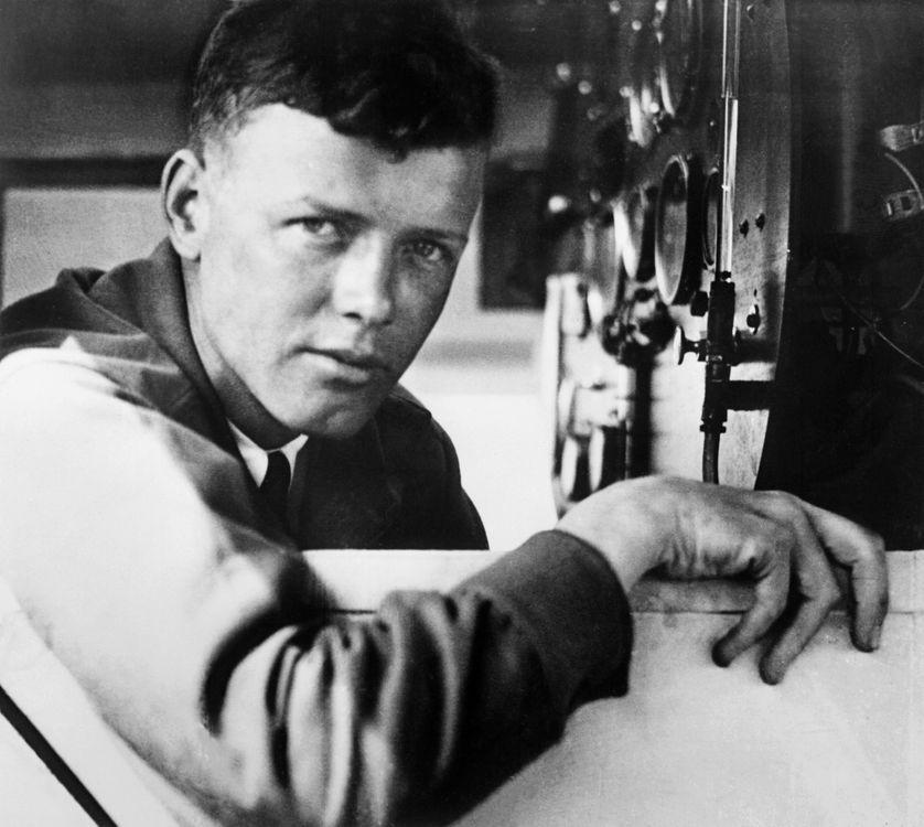"""L'aviateur américain Charles Lindbergh à bord de son avion """"Spirit of St-Louis"""" le 21 mai 1927. Il vient d'accomplir le premier vol transtlantique en reliant New York à Paris en 33 heures et trente minutes"""
