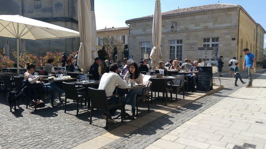 Les terrasses de Saint-Emilion se remplissent à l'heure du déjeuner.