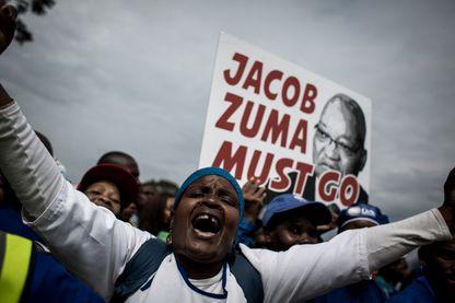 Des milliers de manifestants ont traversé des villes sud-africaines le 7 avril 2017 en exigeant la démission du président Jacob Zuma, alors qu'une deuxième agence de notation a déclassé la dette du pays face au statut indésirable.