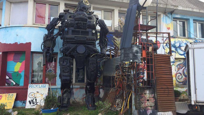 Un robot de 7m devant l'entrée du 48, bd Villebois-Mareuil