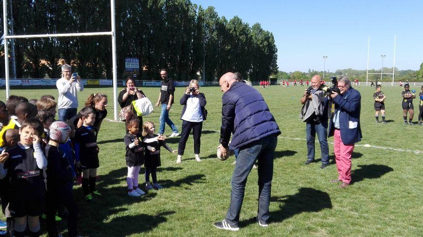 Le président de la fédération française de rugby enseigne les fondamentaux aux plus jeunes