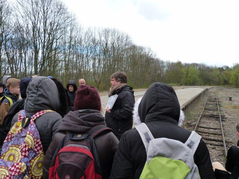 Les élèves avec leur guide, à la gare d'arrivée des déportés.
