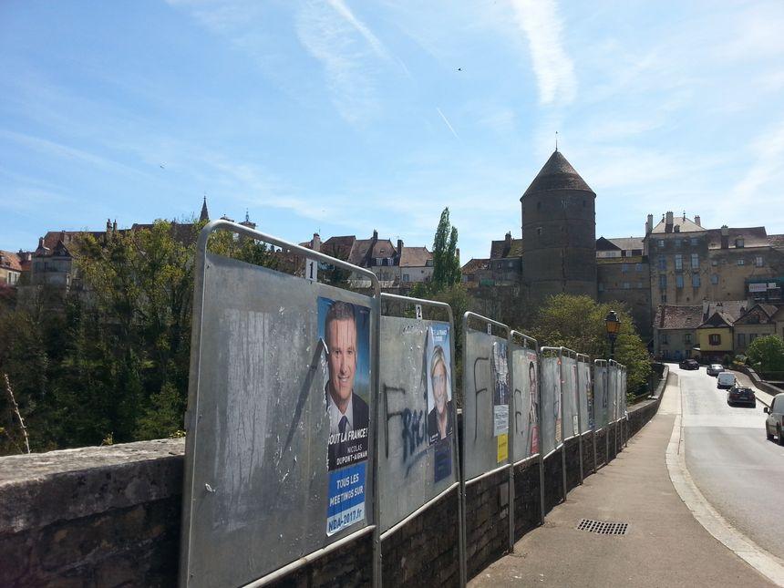 A Semur-en-Auxois, les panneaux électoraux portent encore les stigmates de la campagne du premier tour.