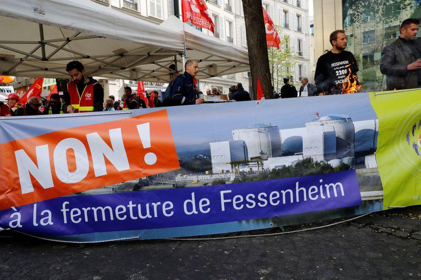 Banderole portée par des manifestants contre la fermeture de Fessenheim devant le siège d'EDF à Paris, le 6 avril 2017.