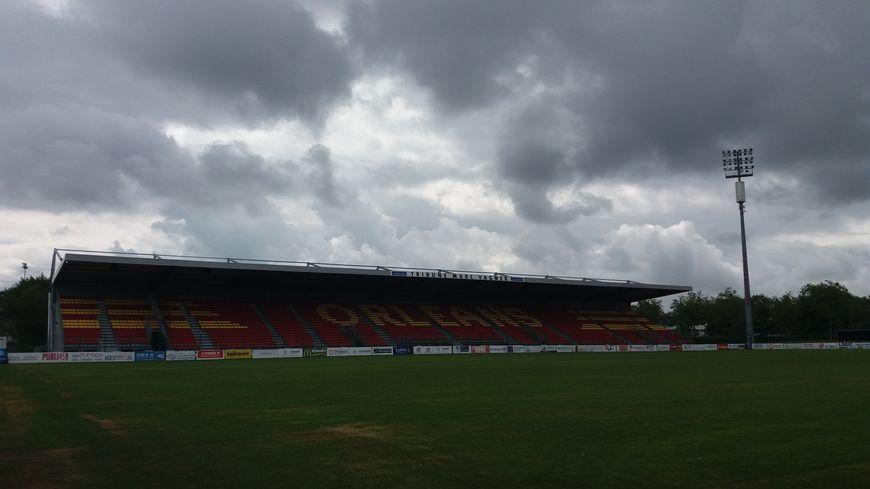 Les nuages s'amoncellent sur le stade de la Source
