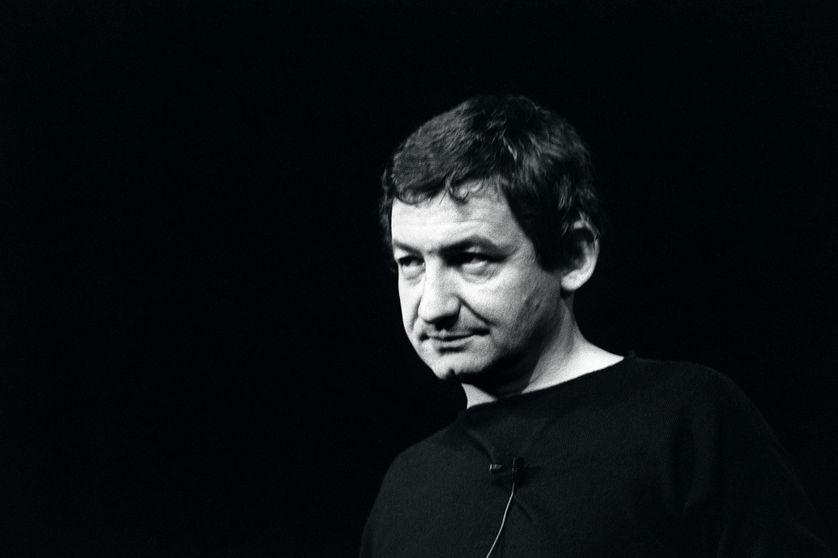Portrait de l'humoriste Pierre Desproges dans son spectacle qui débutait le 12 janvier 1984 au Théatre Fontaine à Paris.