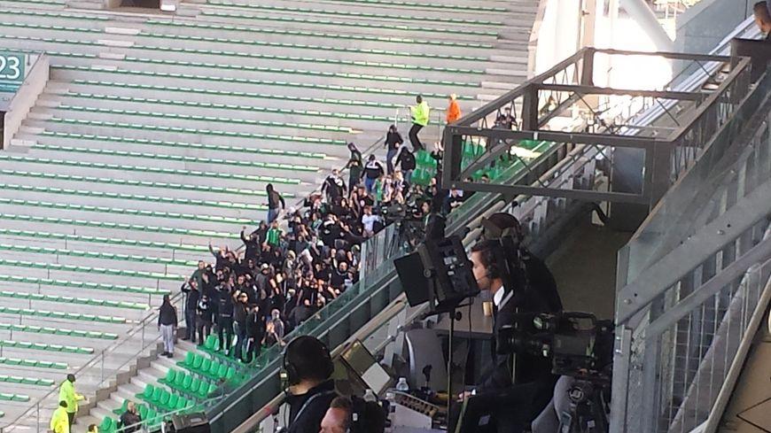 Les supporters ont fait irruption dans l'angle sud-ouest du stade vers 17h15