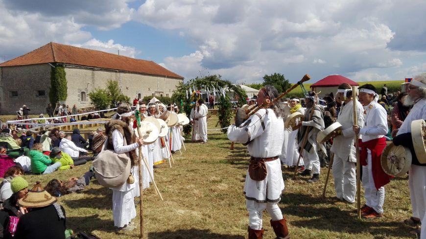 Des chamans celtes préparent le grand feu pour ouvrir le festival