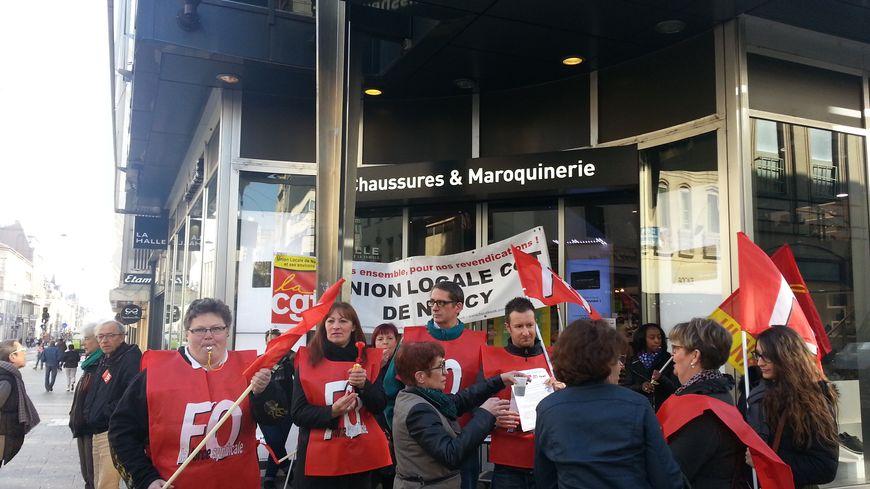 Des salariés de la Halle aux chaussures devant le magasin de la rue Saint-Jean à Nancy