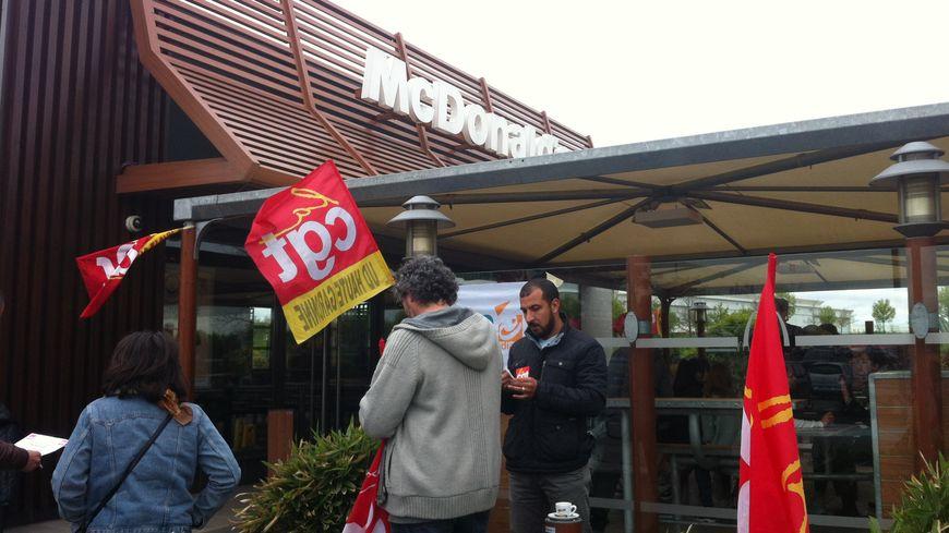 Les salariés de Mc Do en gréve se sont rassemblés devant le restaurant de Blagnac