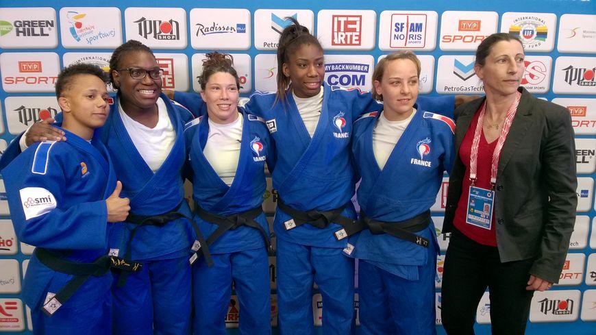 L'équipe de France championne d'Europe de judo. De gauche à droite : Amandine Buchard, Emilie Andéol, Hélène Receveaux, Marie-Eve Gahié, Margaux Pinot, et l'entraineur Séverine Vandenhende