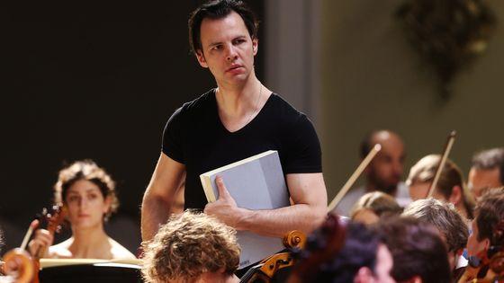 Le chef Teodor Currentzis, au milieu des musiciens de l'opéra de Perm, qu'il dirige depuis 2011.