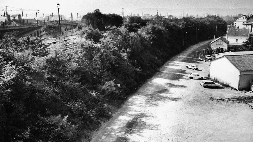 Le talus et la rue de Venizelos en 1986, l'année où Alexandre et Cyril ont été tués.