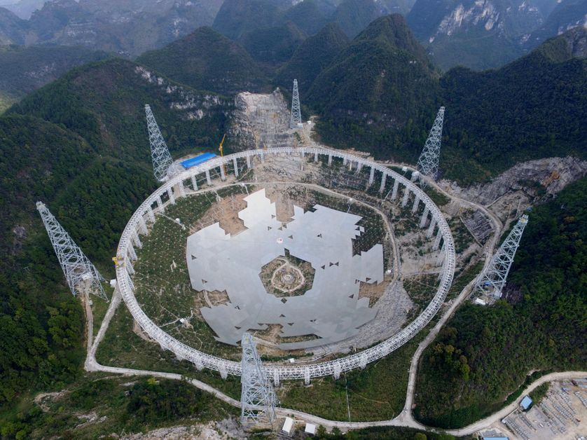 FAST, le plus grand radiotélescope du monde, construit dans une cuvette naturelle en Chine, dans la province du Guizhou, il mesure 500 mètres de diamètre