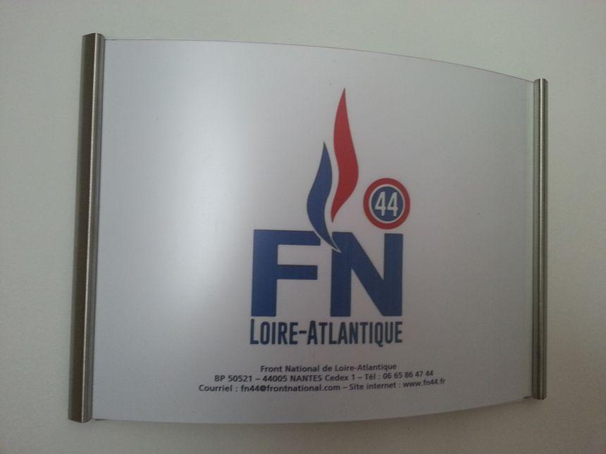 Porte d'entrée du local du FN à Orvault, au premier étage de l'immeuble
