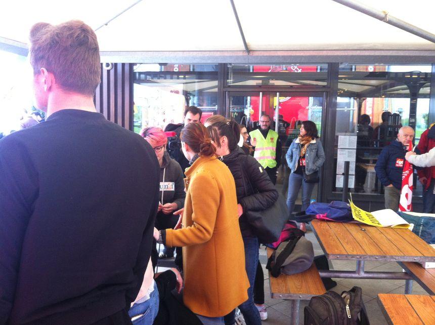 Les salariés en grève sur la terrasse du Mac Donald de Blagnac