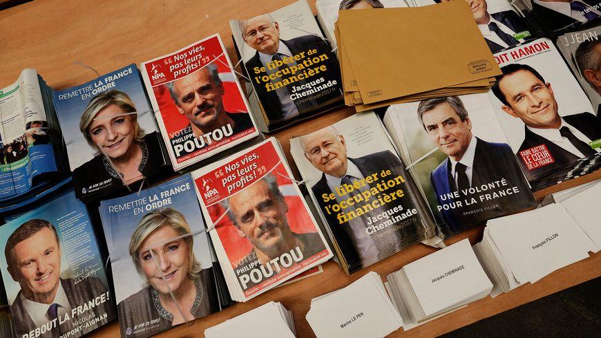 Les professions de foi des candidats à l'élection présidentielle dans un centre de mise sous pli.