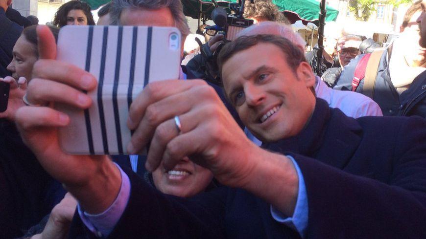 Emmanuel Macron sur le marché Notre Dame de Poitiers.