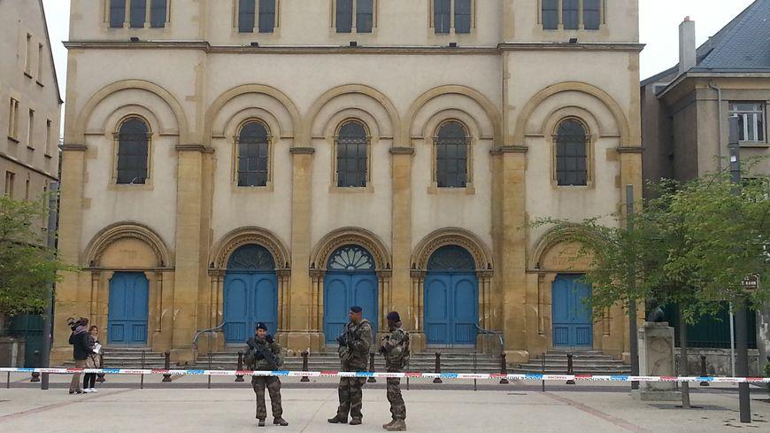Le cordon de sécurité est maintenu devant la synagogue de Metz, rue Elie Bloch